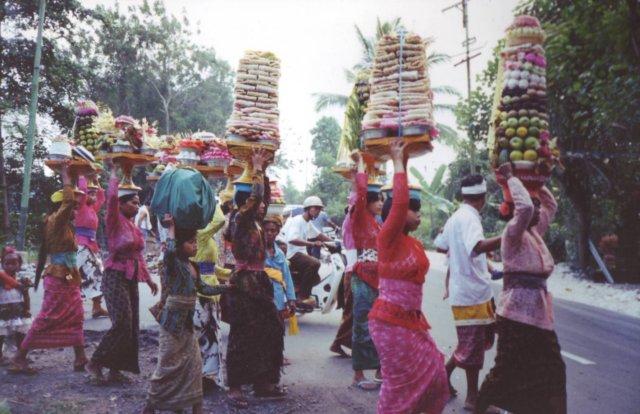 Foto-impressie van het een stoet op weg naar een offer-ritueel.