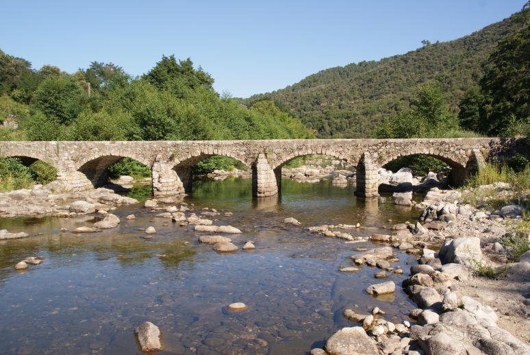 Oude steenbrug bij Corbès